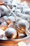 Vecchi ornamenti d'argento sul piatto Immagini Stock