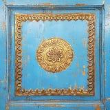 Vecchi ornamenti decorativi fatti a mano irregolari dorati su Furni d'annata Fotografia Stock