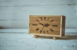 Vecchi orologi d'annata su fondo rustico di legno immagini stock