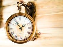 Vecchi orologi di parete del metallo di modo immagini stock libere da diritti
