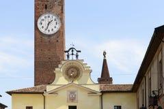 Vecchi orologi di parete nel centro città storico, Soncino fotografie stock libere da diritti