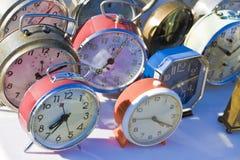 Vecchi orologi di tavola colorati del metallo - immagine di concetto immagini stock libere da diritti