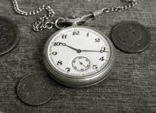 Vecchi orologio e monete fotografia stock libera da diritti
