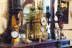 Vecchi orologio ed utensile d'annata del bronzo dell'oggetto d'antiquariato sullo scaffale di legno, concetto degli oggetti d'ant Fotografia Stock