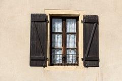 Vecchi otturatori di legno sulla finestra a Metz, l'Alsazia, Francia Fotografia Stock Libera da Diritti