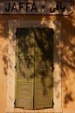 Vecchi otturatori sulle finestre nella vecchia città immagini stock