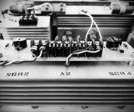 Vecchi pannelli di elettronica di potenza in bianco e nero fotografie stock