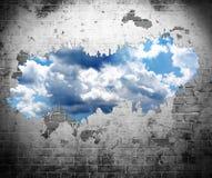 Vecchi parete e cielo blu Immagine Stock Libera da Diritti