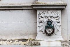 Vecchi parete ed anello a Bruges, Fiandre, Belgio Fotografia Stock
