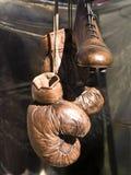 Vecchi pattini e guanti Immagine Stock Libera da Diritti