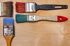 Vecchi pennelli variopinti con i colori, con copyspace fotografie stock