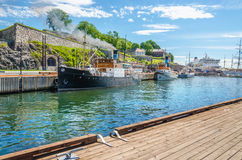 Vecchi peschereccio e fortezza di Akershus dal fiordo di Oslo, Oslo, Norvegia fotografia stock