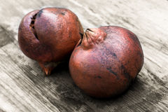 Vecchi pomegranades su una tavola Fotografia Stock Libera da Diritti