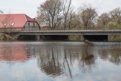 Vecchi ponte e via Fiume ed onda, primavera 2018 Fotografia Stock Libera da Diritti