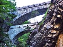 Vecchi ponti di pietra sopra il canyon del fiume di Linth fotografia stock