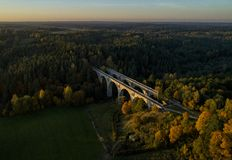 Vecchi ponti ferroviari in Polonia - vista del fuco fotografia stock libera da diritti