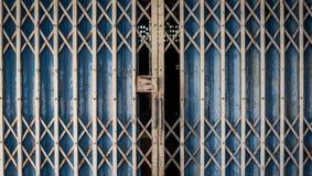 Vecchi portoni arrugginiti del ferro Fotografia Stock