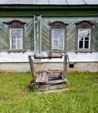 Vecchi pozzo e cottage Fotografia Stock Libera da Diritti