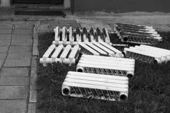 Vecchi radiatori abbandonati Fotografie Stock