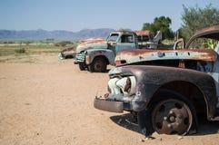 Vecchi relitti dell'automobile del temporizzatore in un paesaggio del deserto in solitario, Namibia Fotografia Stock