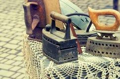 Vecchi retro ferri del ferro dell'oggetto d'antiquariato degli oggetti su una tavola, retro stile di immagine d'annata Immagini Stock Libere da Diritti
