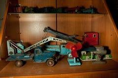 Vecchi retro giocattoli sovietici d'annata Modello delle gru e dei camion in gabinetto di legno Immagine Stock Libera da Diritti