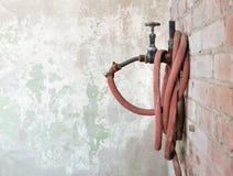 Vecchi retro idrante e bobina del tubo di gomma immagini stock libere da diritti