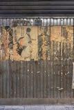 Vecchi retro manifesti di film giapponesi d'annata del samurai e cartellone pubblicitario arrugginito del metallo di vecchia marc immagine stock