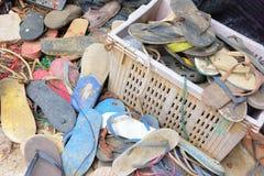 Vecchi rifiuti della scarpa allora non utilizzati a sinistra nel canestro Fotografia Stock Libera da Diritti