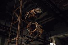 Vecchi riflettori arrugginiti rotti della fase nel teatro abbandonato immagine stock