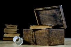 Vecchi rotoli e piani in rotoli di carta piegati Vecchio libro e caso Documenti su una vecchia tavola di legno Fotografia Stock Libera da Diritti