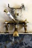 Vecchi rubinetti del bagno Fotografia Stock
