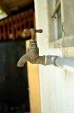 Vecchi rubinetti di acqua arrugginiti Immagine Stock