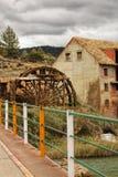 Vecchi ruota idraulica e fiume di legno di Cabriel sul suo modo attraverso il villaggio di Rio del delle case, Albacete, Spagna fotografie stock libere da diritti
