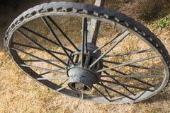 Vecchi ruota, legno e metallo rustici fotografia stock