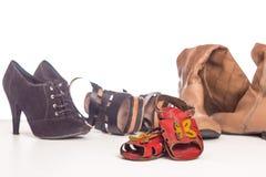 Vecchi sandali e calzature del ` s dei bambini per gli adulti Immagini Stock Libere da Diritti