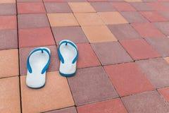 Vecchi sandali sui pavimenti variopinti del mattone fotografie stock libere da diritti