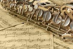 Vecchi sassofono e note Immagini Stock