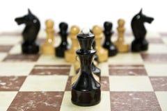 Vecchi scacchi sul cartone Immagine Stock