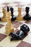 Vecchi scacchi sul cartone anziano Fotografie Stock