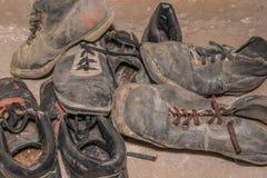 Vecchi scarponi da sci portati fotografia stock libera da diritti