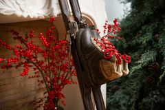 Vecchi sci Decorazione di Natale con i vecchi sci fotografia stock