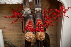 Vecchi sci Decorazione di Natale con i vecchi sci fotografie stock