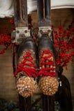 Vecchi sci Decorazione di Natale con i vecchi sci fotografie stock libere da diritti