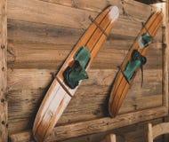 Vecchi sci di legno su una parete come decorazione fotografia stock