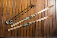 Vecchi sci e pali di sci Fotografia Stock