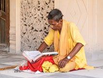 Vecchi scriptures della lettura di sadhu Immagini Stock Libere da Diritti