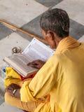 Vecchi scriptures della lettura di sadhu Fotografie Stock Libere da Diritti