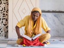 Vecchi scriptures della lettura di sadhu Fotografia Stock