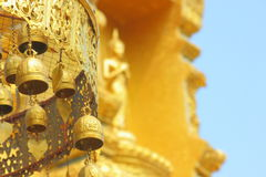 Vecchi segnalatori acustici buddisti d'ottone Immagine Stock